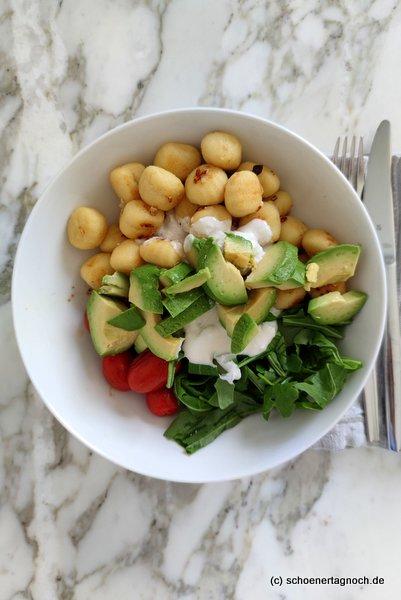 Gnocchi-Bowl mit Avocado, Rucola, karamellisierten Kirschtomaten und Fetacreme