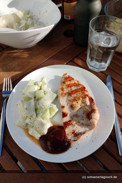 Gegrilltes Putenschnitzel mit Honigmelonen-Gurken-Salat mit Ingwer, Dill und Joghurtdressing