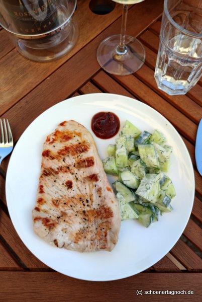 Gegrilltes Putenschnitzel mit Honigmelonen-Gurken-Salat mit Dill-Ingwer-Joghurtdressing