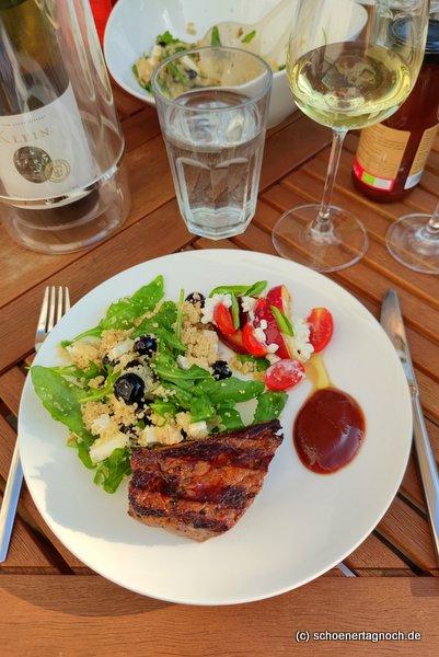 Gegrilltes Rinderhuftsteak mit Couscous-Salat mit Heidelbeeren, Rucola und Feta sowie Tomaten-Nektarinen-Salat mit Hüttenkäse