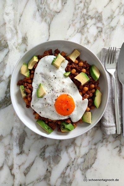 Kichererbsen-Hack-Pfanne mit Avocado und Spiegelei