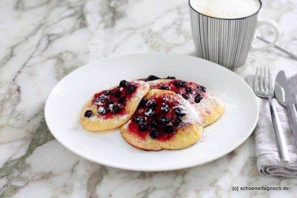 Ricotta-Pancakes mit schwarzen Johannisbeeren