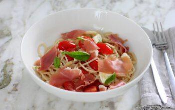 Spaghetti mit kalter Tomaten-Mozzarella-Sauce
