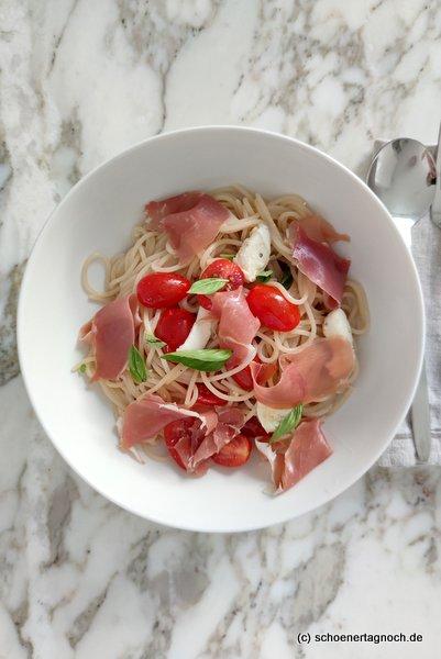 Spaghetti mit kalter Tomaten-Mozzarella-Sauce und Parmaschinken