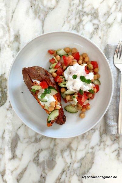 Süßkartoffel-Kumpir mit Kichererbsen-Tabouleh und Tahini-Joghurt