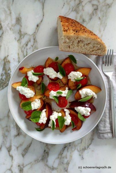 Tomaten-Nektarinen-Salat mit Hüttenkäse