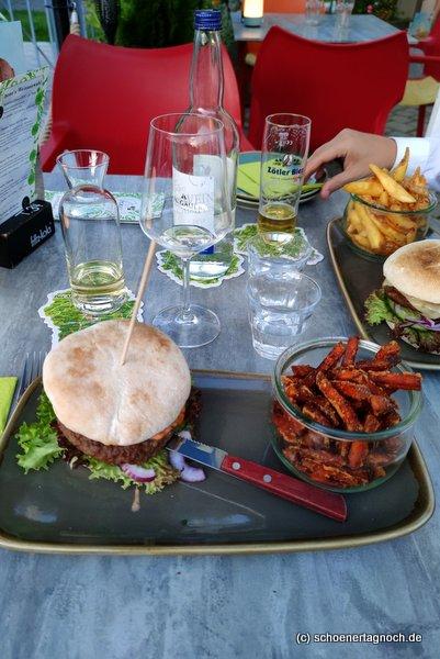 """Burger mit Süßkartoffel-Pommes im """"Bene - Kaffee und Laden"""" in Sonthofen"""