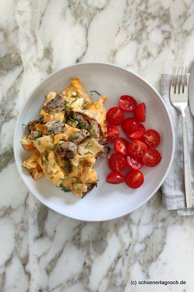 Gebratene Maultaschen mit Ei, Kirschtomaten und Schnittlauch
