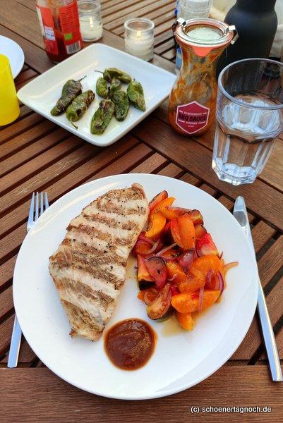 Putenschnitzel vom Grill, dazu Tomaten-Aprikosen-Salat mit Thymian
