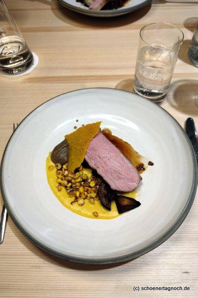 Hauptspeise im freistil in Ofterschwang: zweierlei Kalb mit Mais, Aubergine und Tacocrunch