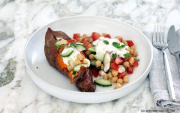 Ofengebackene Süßkartoffel mit Kichererbsen-Taboulé und Tahini-Joghurt
