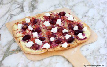 Flammkuchen mit Weintrauben, Speck und roten Zwiebeln