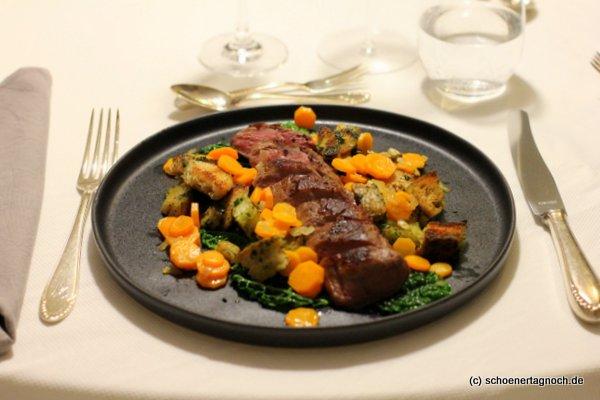 Rehrücken sous-vide mit Wirsing, Karotten und Petersilien-Croutons